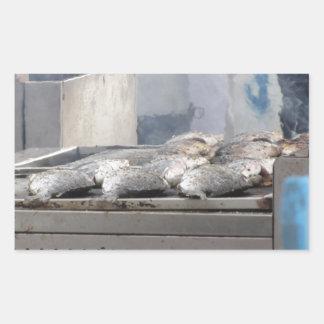 In openlucht roosterend vissen met rook het te rechthoekige sticker