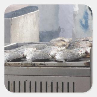 In openlucht roosterend vissen met rook het te vierkante sticker