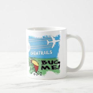 Insect die vanaf chemtrailvliegtuig lopen koffiemok