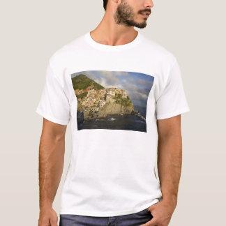 Italië, Cinque Terre, Manarola. Dorp op klip T Shirt