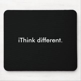 iThink verschillend: Wit op Zwarte Muismat