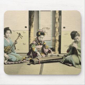 """Japanse meisjes die de fluit spelen, """"koto"""" en sam muismatten"""