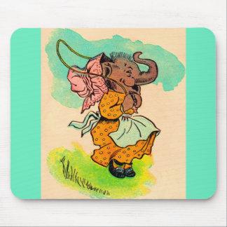 jaren '30 gekleed olifant het spelen springtouw muismat