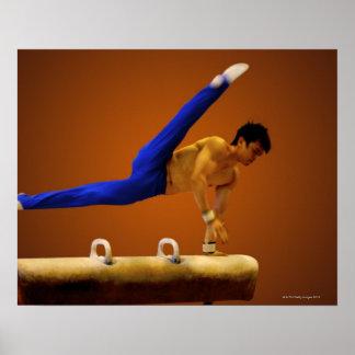 Jong man het praktizeren de gymnastiek op stompt poster