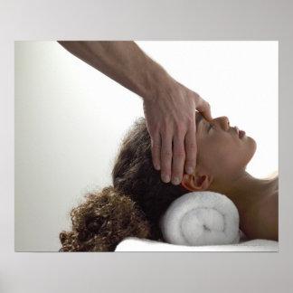 Jonge vrouwen die van een massage genieten poster
