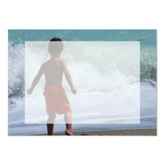 jongen bij strand het spelen in water kaart