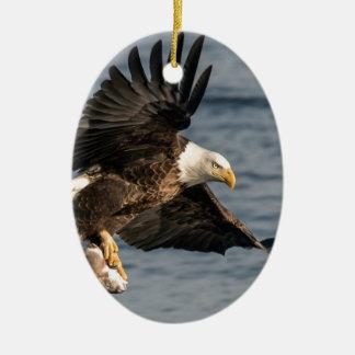 Kaal Eagle die Voedsel vangen Keramisch Ovaal Ornament