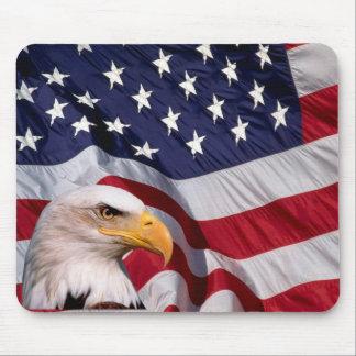 Kaal Eagle met Amerikaanse Vlag op de achtergrond Muismat