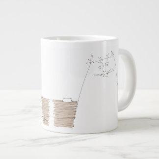 Kat die met lege schotel kijkt grote koffiekop