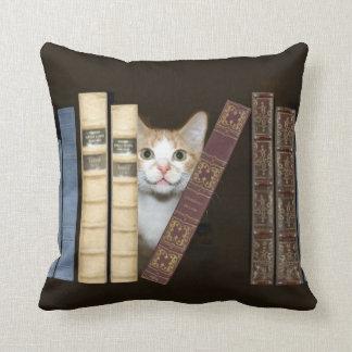 Kat en boeken sierkussen