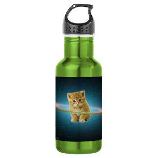 Kat in ruimte wordt verloren die waterfles