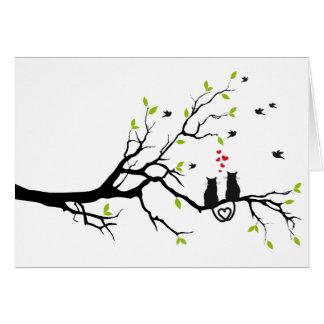 Katten in liefde met rode harten op de lenteboom kaart