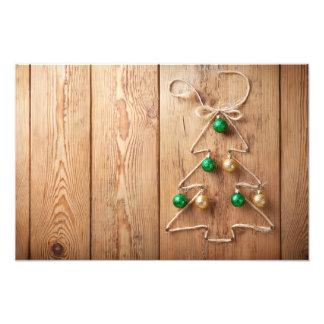 Kerstboom met Ballen op Houten Achtergrond Foto Prints
