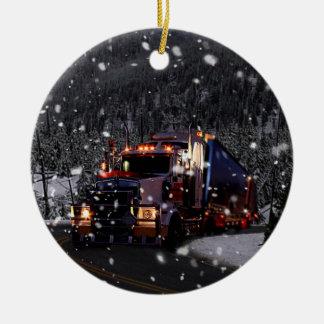 Kerstmis van de vrachtwagenchauffeur rond keramisch ornament