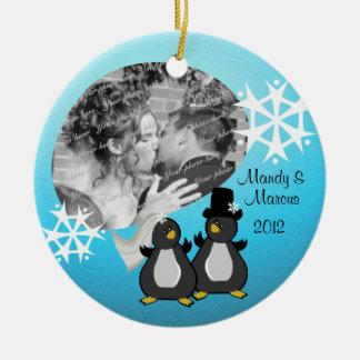 Kerstmis van het Huwelijk van de pinguïn Rond Keramisch Ornament