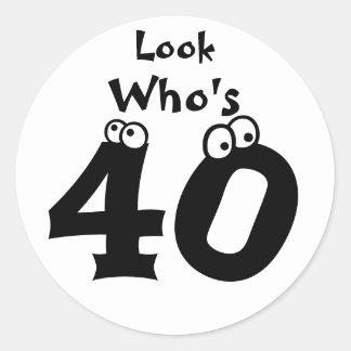 Kijk Who is 40 Ronde Sticker