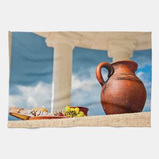 Klassiek antiek stilleven met een waterkruik theedoek