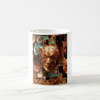 Klassieke mok die een gouden Venetiaans masker