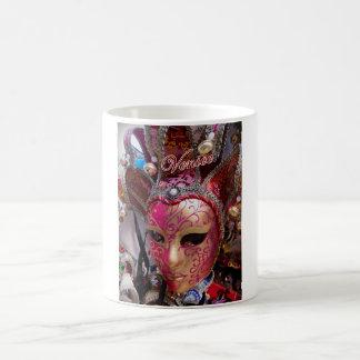 Klassieke mok die een roze Venetiaans masker