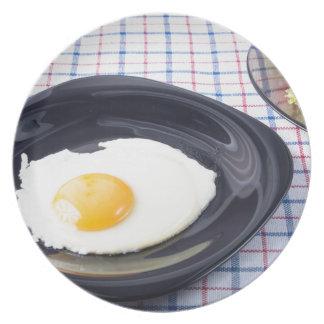 Klein gedeelte van het ontbijt van gebraden ei borden