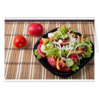 Klein gedeelte van plantaardige salade van tomaat wenskaart