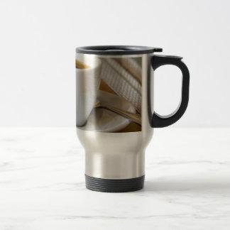 Kleine kop van espresso op een schotel met suiker