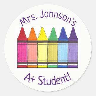 Kleurpotlood van de regenboog personaliseerde A+ Ronde Sticker
