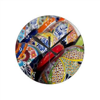 Kleurrijk traditioneel met de hand geschilderd ronde klok