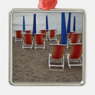 Kleurrijke houten stoelen bij zandstrand zilverkleurig vierkant ornament