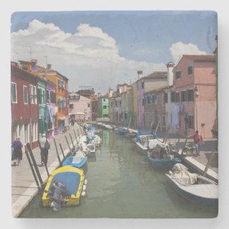 Kleurrijke huizen langs kanaal op het eiland van stenen onderzetter