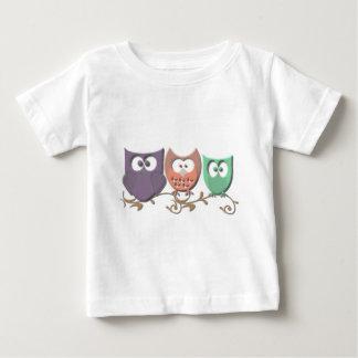 Kleurrijke Uilen op een Afbeelding van de Wijnstok Baby T Shirts