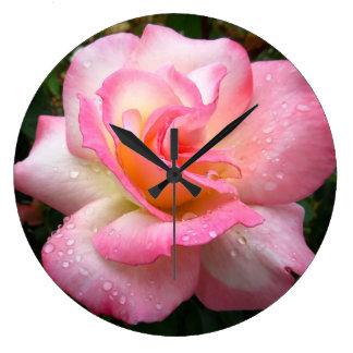 Klok van de muur - nam met roze bloemblaadjes toe