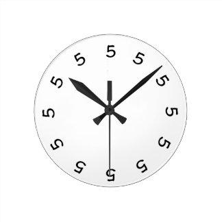 klok van de Muur van 5 uur de Eenvoudige