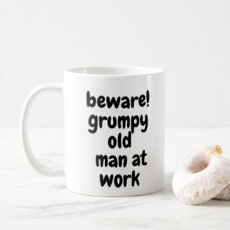 Knorrig oud man op het werk koffiemok