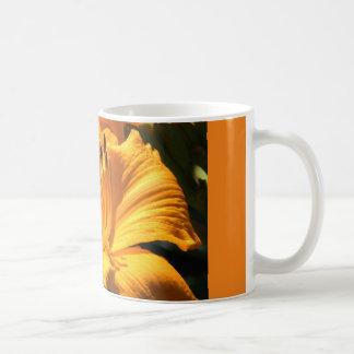 koffie mok met gele lelie