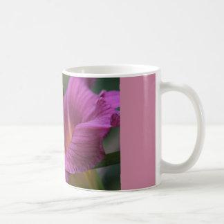 koffie mok met violette lelie