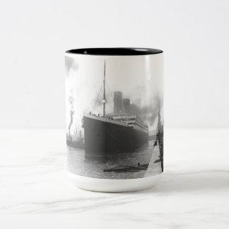 Kolossaal bij de dokken van Southampton Tweekleurige Koffiemok