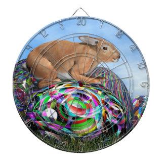 Konijn op zijn kleurrijk ei voor 3D Pasen - geef Dartbord