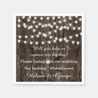 Koord van lichten op hout & hashtag huwelijk papieren servetten