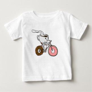 Kop die een fiets met doughnutwielen berijden baby t shirts