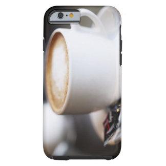 kop van koffie latte op lijst, close-up tough iPhone 6 hoesje