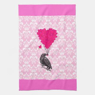 Kraai en hart op roze damast theedoek