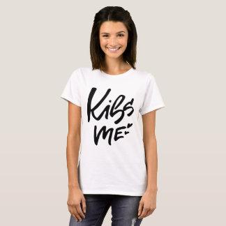 Kus me Hand Van letters voorzien Manuscript T Shirt