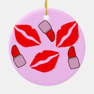 kussen en lippenstiften rond keramisch ornament