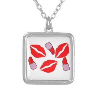 kussen en lippenstiften zilver vergulden ketting