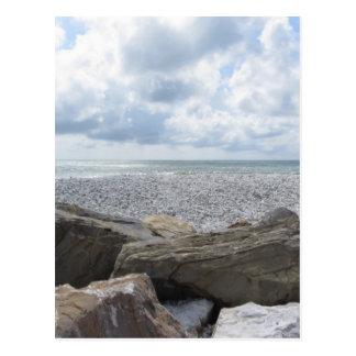 Kust van een strand in een bewolkte dag bij de briefkaart