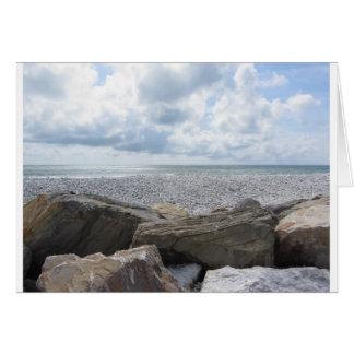 Kust van een strand in een bewolkte dag bij de briefkaarten 0