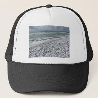 Kust van een strand in een bewolkte dag bij de trucker pet