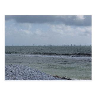 Kust van strand met zeilboten op de horizon briefkaart
