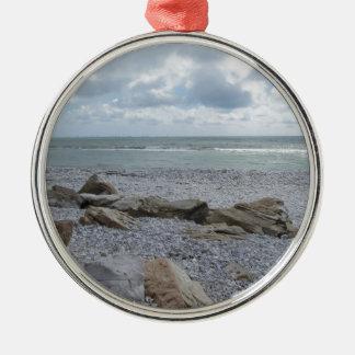 Kust van strand met zeilboten op de horizon zilverkleurig rond ornament